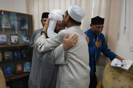 Seorang Ulama muda Hauzah Ilmiah Qom Iran mencium tangan KH. Dr. Mustamin Arsyad [Ketua Umum MUI Makassar] yang dibalas oleh pak Kyai dengan kecupan di kening... Bukankah ini lebih enak lihatnya? Ternyata Ukhuwah Itu Adalah Masalah Hati